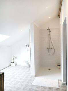 made by Thinkwood/ interieurstyliste Julie Corigliano www.thinkwood.be #styling #badkamer #metrotegel #patroontegel