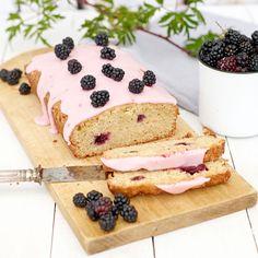Läcker kaka med björnbär och ingefära. Den rosa glasyren gör kakan extra vacker! Foto Thomas Carlgren