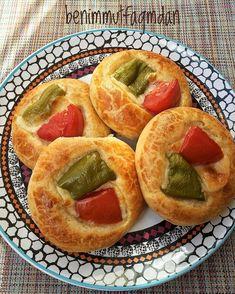 """1,297 Beğenme, 34 Yorum - Instagram'da Burak Alperenin Annesi  ❤️ (@benimmutfagmdan): """"Mutlu haftalar.Elmalı kurabiyeyi hep bu tarifle yaparım. Bu hamura her sekli verebilirsiniz✔️Kıvamı…"""" Turkish Tea, Tea Time Snacks, Bagel, Pizza, Bread, Cookies, Food, Instagram, Recipes"""