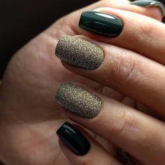 Присыпка ногтей блестками. Темно-зеленый маникюр.