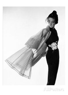 Vogue - April 1950 - Coat Flip Regular Photographic Print von Cecil Beaton bei AllPosters.de