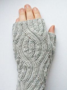 oktobeere pattern by Colette Fauler. This will lead you to the pattern. Crochet Mittens, Mittens Pattern, Crochet Gloves, Knit Or Crochet, Knitting Socks, Fingerless Gloves Knitted, Knitted Hats, Knitting Projects, Knitting Patterns