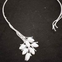 Collier en porcelaine blanc idéal pour une mariée! Ce collier et beaucoup d'autres accessoires, robes de mariées et décoration de mariage bon marché sur les Petites annonces mariage de Juliette!