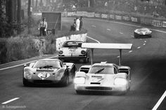The Phil Hill/Mike Spence Chaparral leads the Mario Andretti/Lucien Bianchi Ford Mk IV, the Robert Buchet/Herbert Lin Porsche and another at the 1967 24 Heures du Mans. Sports Car Racing, Road Racing, Sport Cars, Race Cars, Auto Racing, 24 Hours Le Mans, Le Mans 24, Vintage Racing, Vintage Cars