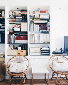 Los muebles a medida cuestan un poco más, pero sacan todo el partido al espacio. Hoy en Ebom hablamos de ello de la mano de @zaaskes (por cierto, tengo que poner orden en la librería con urgencia, verdad? ) #ebomhome #libraries #ordenencasa