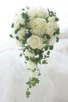 「THE・キャスケード」、丸いバラと濃い緑の、キャスケードブーケです。実はこのブーケもまだ途中で、このあとヒペリカムの実を入れて完成しました。お打合せの途... Cascading Wedding Bouquets, Cascade Bouquet, Bride Bouquets, Flower Bouquet Wedding, Floral Wedding, Rose Bouquet, Romantic Wedding Colors, Outdoor Wedding Decorations, Magical Wedding