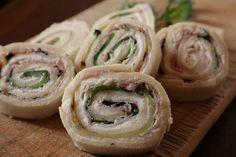 Le girelle fredde con zucchine grigliate, prosciutto e Philadelphia sono un antipasto molto fresco, leggero e facilissimo da preparare. Ecco come fare