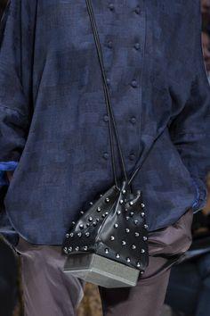 Giorgio Armani at Milan Fashion Week Spring 2020 - Details Runway Photos Curvy Fashion, Diy Fashion, Fashion Bags, Fashion Accessories, Womens Fashion, Milan Fashion Weeks, London Fashion, Victoria Dress, Giorgio Armani