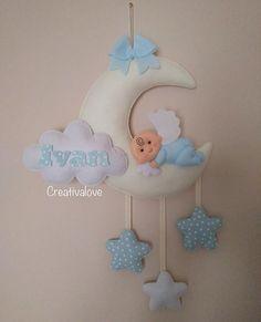 Tanta delicatezza per il #fiocconascita di #ivan 💙👼💙 #creativalove #nascita #angioletto #bebè #fioccoceleste #bimbi #instamamme #mammeinattesa #dolceattesa #mamme #bebèinarrivo Baby Mobile Felt, Felt Baby, Homemade Baby Mobiles, Felt Crafts, Diy And Crafts, Baby Shower Photo Booth, Donia, Felt Garland, Baby Keepsake
