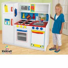 The Kidkraft Deluxe Let's Cook Kitchen 53139 is perfect for the young chefs in your life! The Kidkraft Deluxe Let's Cook Kitchen is large enough that multiple children can play at once and doors open and close and knobs turn and click. Best Play Kitchen, Wooden Play Kitchen, Pretend Play Kitchen, Play Kitchen Sets, Toy Kitchen, Play Kitchens, Cardboard Kitchen, Kidkraft Kitchen, Kitchen Playsets