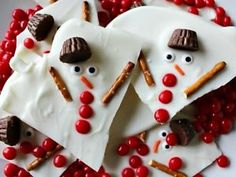 Melted Snowman Chocolate Bark for a sweet Winter and Christmas treat. This Melted Snowman Chocolate Bark is incredibly easy to make and would be a great activity to do with kids of all ages. Easy Holiday Desserts, Holiday Baking, Christmas Baking, Holiday Treats, Homemade Christmas, Christmas Bark, Christmas Snacks, Christmas Goodies, Christmas Gifts