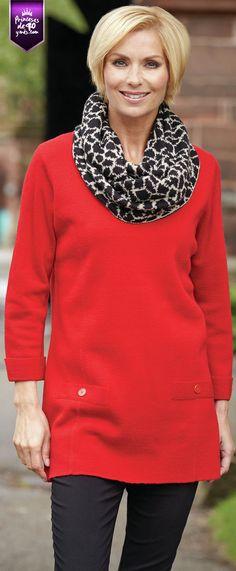 Para ponerle un toque chic a tu outfit puedes usar una pañoleta estampada como esta. #outfit #40ymas #PrincesasDe40 #style