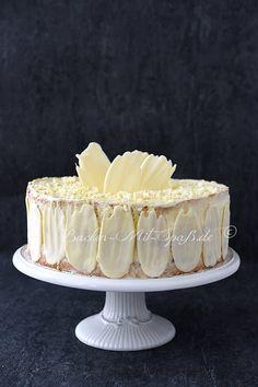 Rezept für Konditorcreme- Torte mit Himbeeren. Eine leichte Biskuittorte mit Crème pâtissière und Himbeerschicht. Die Torte ist mit Schokostreifen aus weißer Schokolade verziert.
