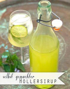 1 kg Zucker,1 l Wasser, 2 unbehandelte Zitronen,  25 Holunderblütendolden Zucker + Wasser aufkochen. Zitronen in Scheiben schneiden & mitkochen. Holunder in eine Schüssel geben, Sirup darübergiessen, abkühlen lassen. Zitronen entfernen, Sirup mit Dolden 3 Tage kühl stellen. Durch ein Sieb in Flaschen füllen.  Hugo: Eiswürfel, 2cl Holunderblütensirup, mit Prosecco aufgiessen. Minze und eine Scheibe Limette hinzugeben und gut umrühren. Other Recipes, Veggie Recipes, Sweet Recipes, Smoothie Drinks, Smoothies, Yummy Drinks, Healthy Drinks, Elderberry And Elderflower, Kitchen Queen