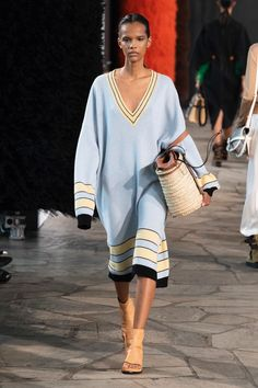 See all the photos from Loewe Spring / Summer 2019 Ready to wear now on British Vogue. See all the photos from Loewe Spring / Summer 2019 Ready to wear now on British Vogue. Knitwear Fashion, Knit Fashion, Runway Fashion, Trendy Fashion, Womens Fashion, Fashion Trends, 50 Fashion, Style Fashion, Cheap Fashion