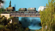 Tren militar. Escala H0.  Imágenes de un transporte militar con una locomotora 333 diesel RENFE Mercancías a la cabeza de la composición.