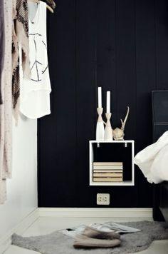 ... slaapkamer inspiratie  wit nachtkastje  zwarte muur  witte vloer
