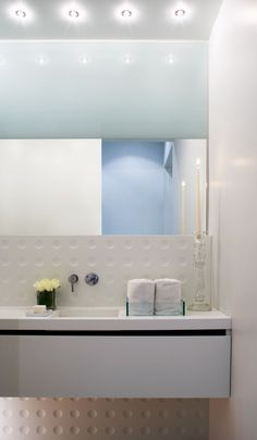 6a Brockton House by Cecconi Simone - Image 24 : Modern White Sink Bathroom and Towels