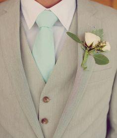 Prachtig pak voor de bruidegom: mint met zandkleuren en roomwit.