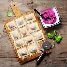 Make ravioli yourself? With these 4 delicious recipes, that& no problem at all! - With fine pumpkin, ricotta or spinach: we cannot get enough of ravioli. But instead of buying them - Sicilian Recipes, Greek Recipes, Spinach Noodles, Good Food, Yummy Food, Delicious Recipes, Romanian Food, India Food, Pesto Pasta