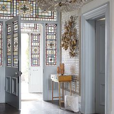 and eclectic mansion house tour Victorian mansion. Home to stylist Marianne Cotterill. Photo by Paul Massey posted to House to Home (UK) Victorian mansion. Home to stylist Marianne Cotterill. Photo by Paul Massey posted to House to Home (UK) website Victorian Hallway, Victorian Front Doors, Victorian Decor, Victorian Homes, Interior Design Victorian House, Victorian London, Modern Victorian, Victorian Architecture, Style At Home