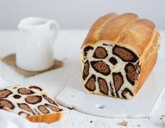 This ingenious leopard cake leaves guests speechless . So you bake it!- Dieser geniale Leoparden-Kuchen macht Gäste sprachlos … So backst Du ihn! This ingenious leopard cake leaves guests speechless … - Cakes To Make, Cakes And More, How To Make Cake, Desserts Nutella, Fall Desserts, Dessert Recipes, Milk Bread Recipe, Bread Recipes, Milk Recipes