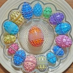 How To Make Beaded Easter Eggs.very pretty, uses the plastic eggs Plastic Easter Eggs, Easter Egg Crafts, Easter Projects, Easter Ideas, Spring Crafts, Holiday Crafts, Little Presents, Easter Tree, Beaded Ornaments