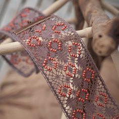 Dentelle Fuseaux Bracelet Donatella Bobbin Lace Patterns, Lace Heart, Lace Jewelry, Lace Making, Lace Detail, Floral Tie, Butterfly, How To Make, Lace Flowers
