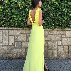 Vestido amarillo con preciosa espalda adornada con flores y abertura lateral en la parte de adelante  #vestidosamarillos  #invitadasboda  www.apparentia.com