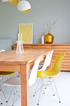 Matte witte keuken, geel accent, Scandinavisch design,