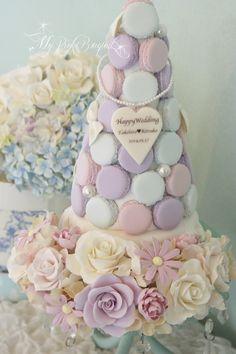 107//マカロンカラー:フロスティカラー3色。マカロンの間にパールとおリボンを追加されました。 Macaroon Tower, Macaroon Cake, Wedding Sweets, Wedding Cakes, Wisteria Wedding, Pastry Display, Strawberry Tower, Baking School, Cake Tower