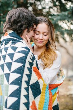 Love the cozy quilt for fall engagement photos  #engagement #fall