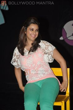 Do you remember when your friends told you that it's not cool to wear yoga pants when you're going out? But here we share celebrities in yoga pants and leggings looking so hot and sexy. Indian Actress Hot Pics, Indian Bollywood Actress, Most Beautiful Indian Actress, Indian Actresses, Tamil Actress, Bollywood Fashion, Parneeti Chopra, Kardashian Photos, Saree Photoshoot