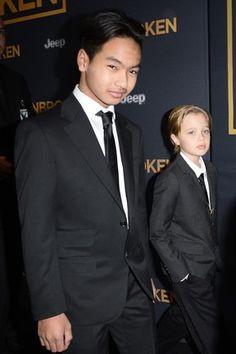 Maddox e Shiloh, filhos de Brad Pitt e Angelina Jolie, em première de filme em Los Angeles, nos Estados Unidos (Foto: Robyn Beck/ AFP)