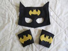 Kit do Batman em feltro.  Máscara com elástico e bracelete com velcro..  Serve…