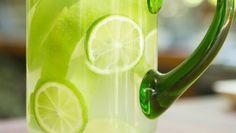 Água aromatizada de maçã verde com limão