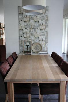 In onze keuken een wandpaneel gemaakt voor wat meer sfeer/kleur. Het is een plaat van MDF beplakt met behang. Het paneel kan los op de grond staan als er een stevige tafel tegenaan staat. Ook leuk om er bv schilderijtjes aan op te hangen.