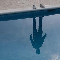 PoL Úbeda Hervàs, fotografo che vive e lavora a Barcellona, è una serie di immagini che visualizzano un'ombra riflessa.