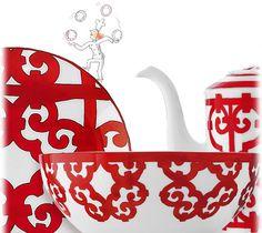 El decorado gráfico y audaz evoca las herrerías de las ciudades andaluzas. Con su diseño vigoroso y su exuberante color rojo, las sofisticadas y variadas piezas forman una vajilla extraordinaria.