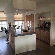 Mooie keuken met massief houten fronten gemaakt door onze meubelmaker. De fronten zijn gemaakt van eikenhout, afgewerkt met een white wash. De keuken beschikt over een hete lucht oven en een combi oven. Ook heeft deze keuken een gas-op-glas kookplaat die zorgt voor een luxe uitstraling. Door de koof en de nis in de wand heeft deze keuken een stoer maar ook strak uiterlijk. . . #sense #keukens #sensekeukens #prikkeltuwzintuigen #eiken #whitewash Rustic Kitchen Design, Rustic Kitchen, Kitchen Decor, Kitchen Remodel, Home Kitchens, Kitchen Interior, Kitchen Dining Room, Apartment Kitchen, Kitchen Inspirations