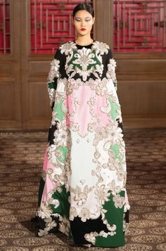 A Midsummer Night's Dream Made Real: Pierpaolo Piccioli Presents His Valentino Haute Couture Collection in Beijing Valentino Couture, Style Couture, Haute Couture Fashion, Floral Evening Dresses, Floral Gown, Peking, Collection Couture, Naeem Khan, Atelier Versace