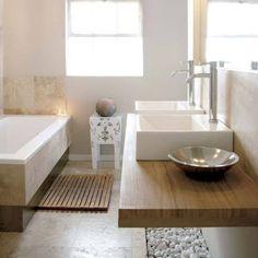 salle de bain zen en formes pures avec éléments en bois de teck