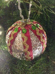 Kerstbal van piepschuim bal, folie en lint