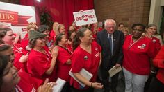 Democratic presidential candidate Bernie Sanders greets nurses as he arrives at a campaign rally at a National Nurses United office on August 10, 2015 in Oakland, California. | Foto: National Nurses United
