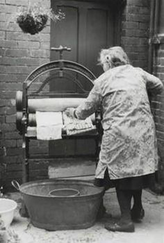 Old lady with a mangle on wash day outside a Victorian terrace house in Peckham. For a minute I thought this was my mum. Vintage Pictures, Old Pictures, Old Photos, Vintage Images, Robert Doisneau, Old London, My Childhood Memories, British History, The Good Old Days
