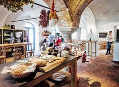 Gut Wildshut - St. Pantaleon / Salzburg. Decor Interior Design, Interior Decorating, Salzburg, Places To Eat, Austria, Table Settings, Home Decor, Sustainable Farming, Brewery