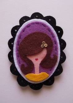 Cute cameo ~ add a sprig of felt holly and it becomes a Christmas brooch. Felt Fabric, Fabric Art, Fabric Crafts, Sewing Crafts, Diy And Crafts, Arts And Crafts, Felt Brooch, Fabric Brooch, Felt Patterns