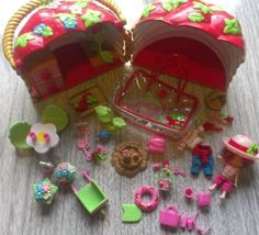 STRAWBERRY-SHORTCAKE-BASKET-GARDEN-PLAYSET-2003-Bandai-House-Dolls-Accessories Barbie Sets, Strawberry Shortcake, Selling On Ebay, Doll Accessories, Gingerbread, Home And Garden, Basket, Dolls, Things To Sell