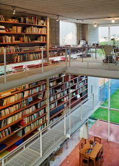 Aproveitando o terreno comprido, esse projeto incrível dispôs de dois andares com estantes preenchidas de livros. Uma verdadeira biblioteca particular! <3  ________________________ House In Sao Paulo / GrupoSP
