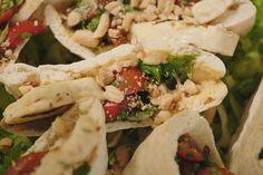 Wanneer Jeroen vroeger uitging, was een pita de ultieme late night snack. Dit is de gezonde, veggie versie: een pita gevuld met hummus, gekonfijte paprika en gegrilde halloumi.